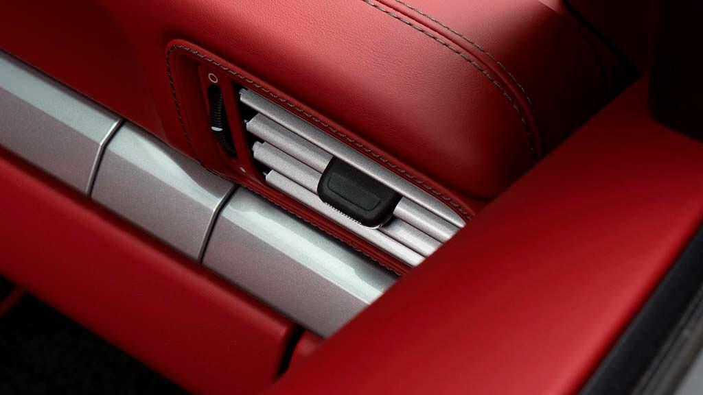 Серебристые акценты в салоне Porsche 911 S Cabrio