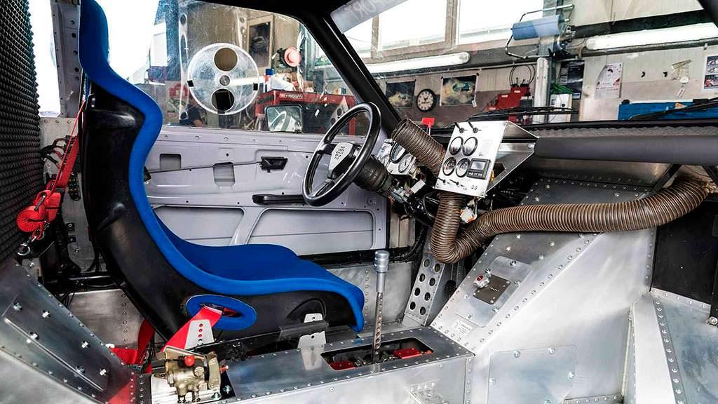Одноместный салон Volkswagen Golf с двумя двигателями