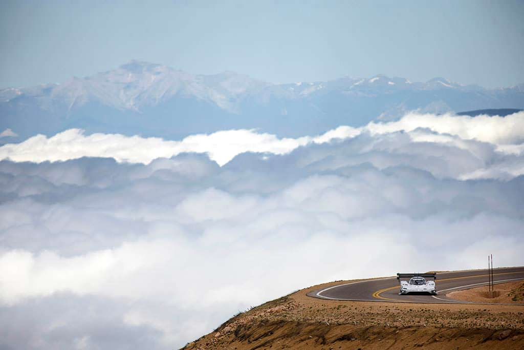 Гонка в облаках электромобиля Volkswagen I.D. R Pikes Peak