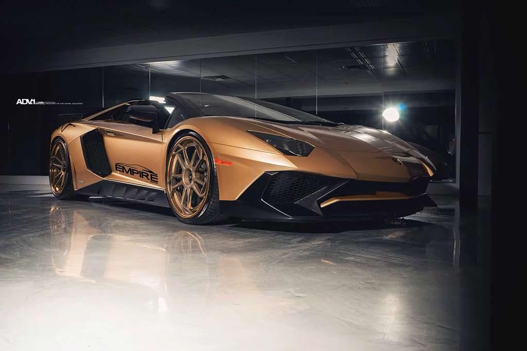 Lamborghini Aventador SV Roadster золотого цвета