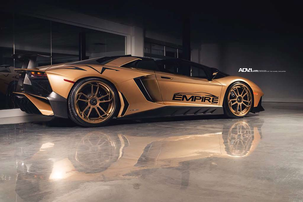 Золотой Lamborghini Aventador SV Roadster