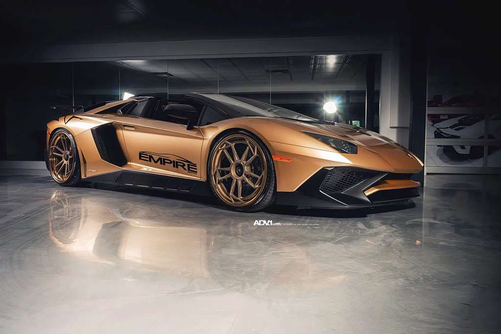 Lamborghini Aventador SV Roadster золотистого цвета