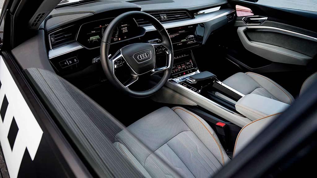 Салон электро-кроссовера Audi E-Tron