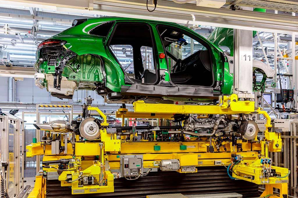 Первый Porsche Macan 2019 цвета Mamba Green Metallic