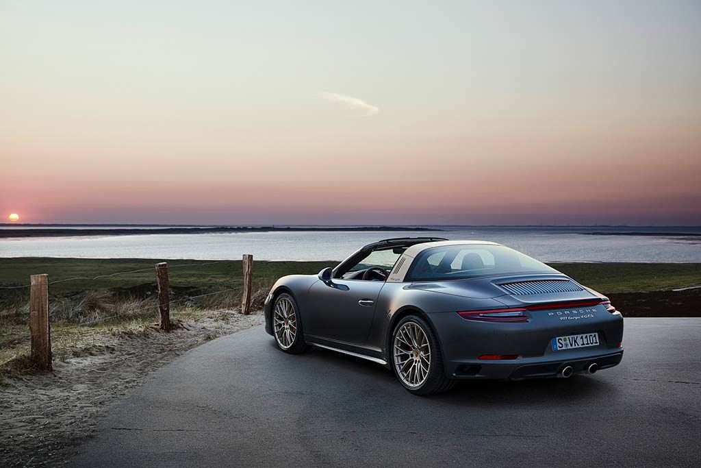 Porsche 911 Targa 4 GTS Exclusive Manufaktur Edition цвета серый металлик
