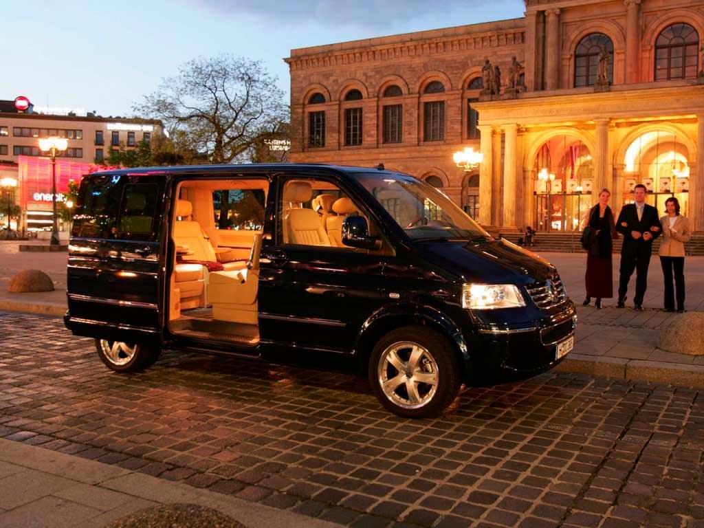 Чёрный Volkswagen Multivan Business T5