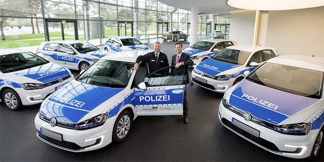Volkswagen передал полиции семь электрокаров e-Golf