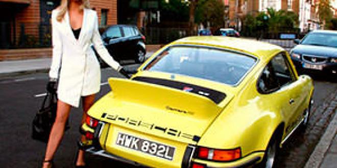 Porsche Carrera 1973 года доверили блондинке