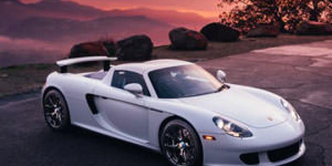 Белый Porsche Carrera GT позирует на дисках HRE
