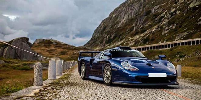 Porsche 911 GT1 позирует для фото в Альпах