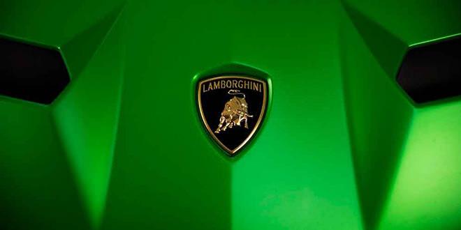 Топовый Lamborghini Aventador SVJ на тизере перед показом