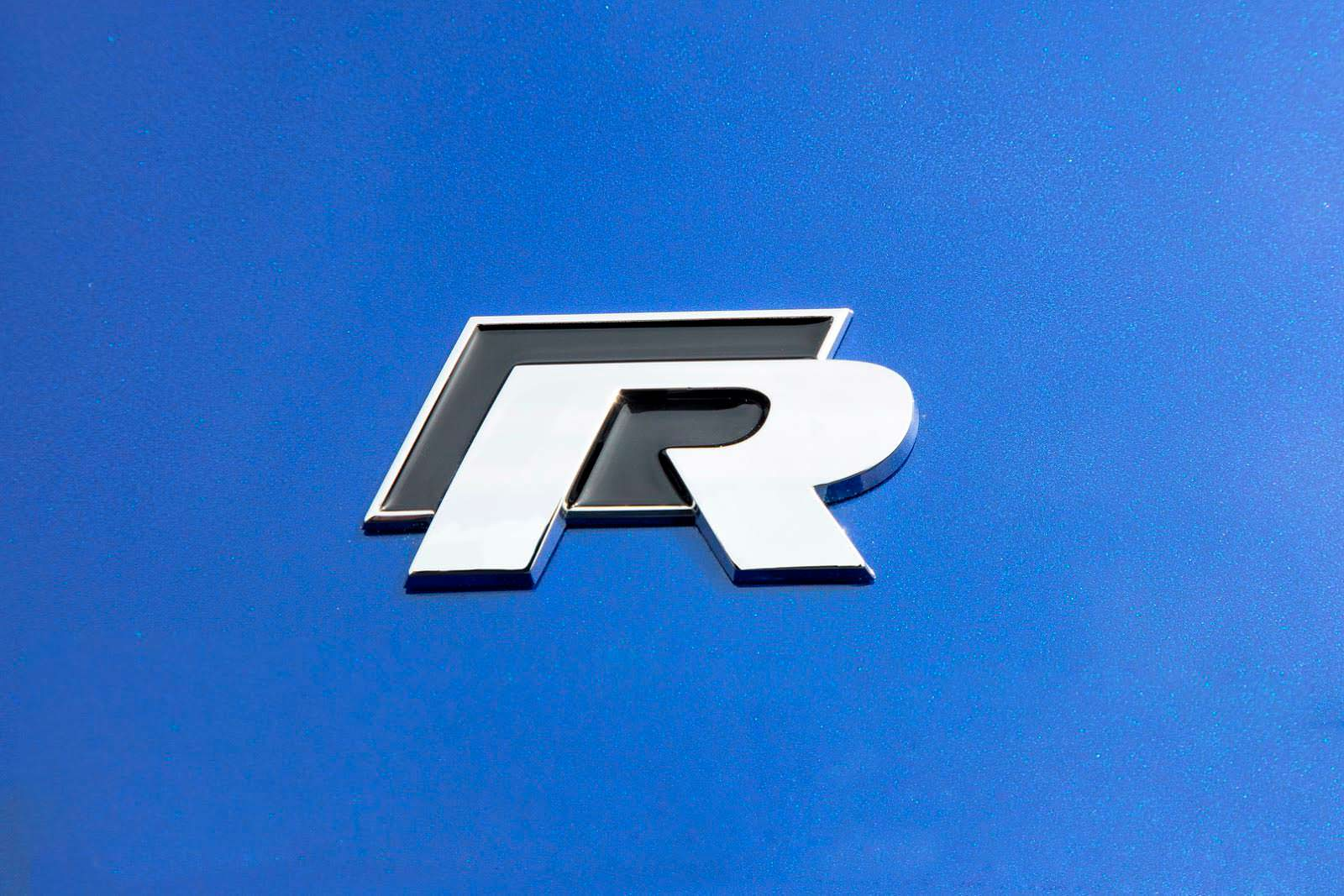 Фото | Надпись Volkswagen Golf R