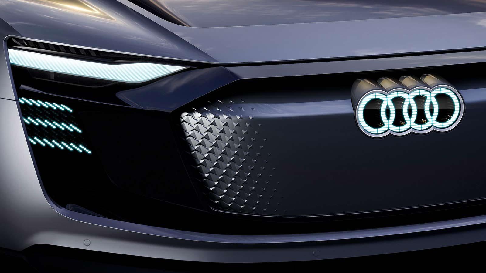 Светящийся логотип Audi на радиаторной решетке