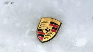 Логотип Porsche на капоте трекового 911 RSR 1993 года