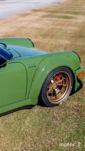 Золотистые диски на авто Porsche 911 (964)