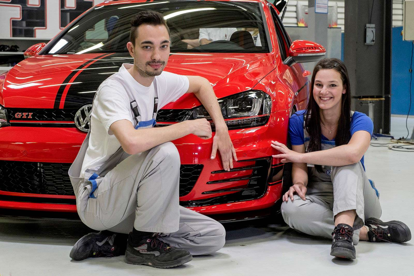 Красный VW Golf GTI Wolfsburg Edition и стажеры VW в 2014 году