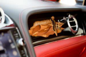 Рисунок парящего сокола на бардачке Bentley Bentayga