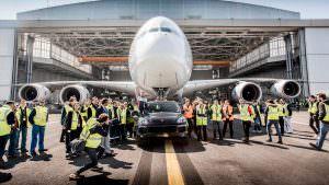 Porsche Cayenne отбуксировал Airbus A380 на 42 метра