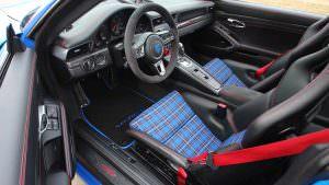 Сиденья в шотландскую клетку в Porsche 911 Carrera S