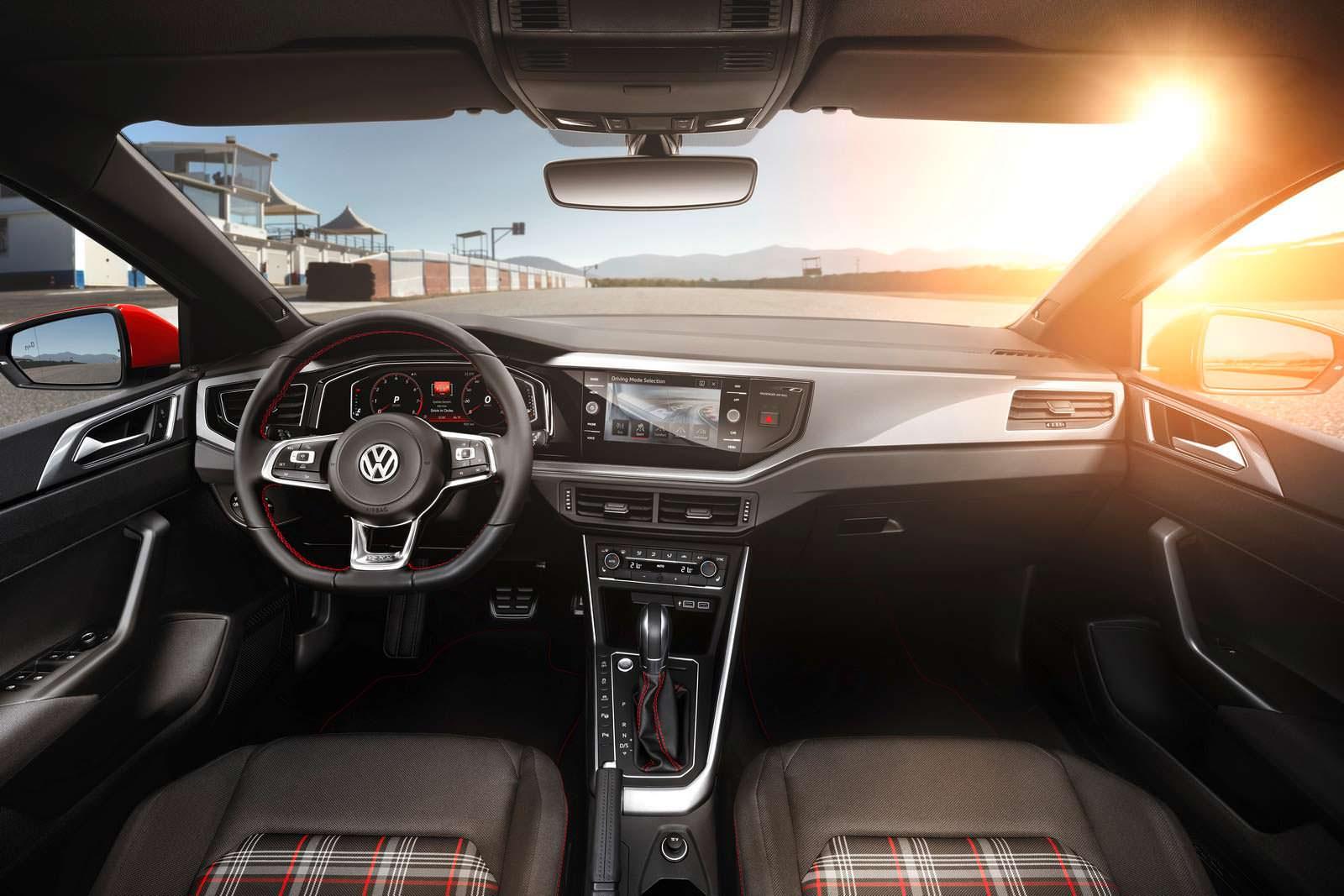 Фото салона Volkswagen Golf GTI 2018 года