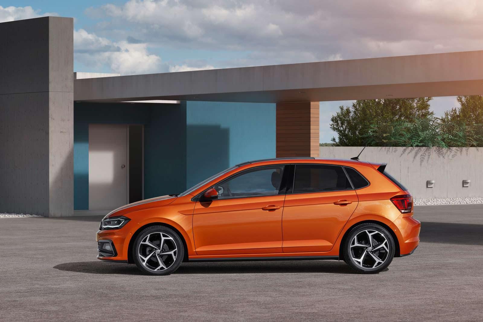 Оранжевый Volkswagen Polo 2018 года