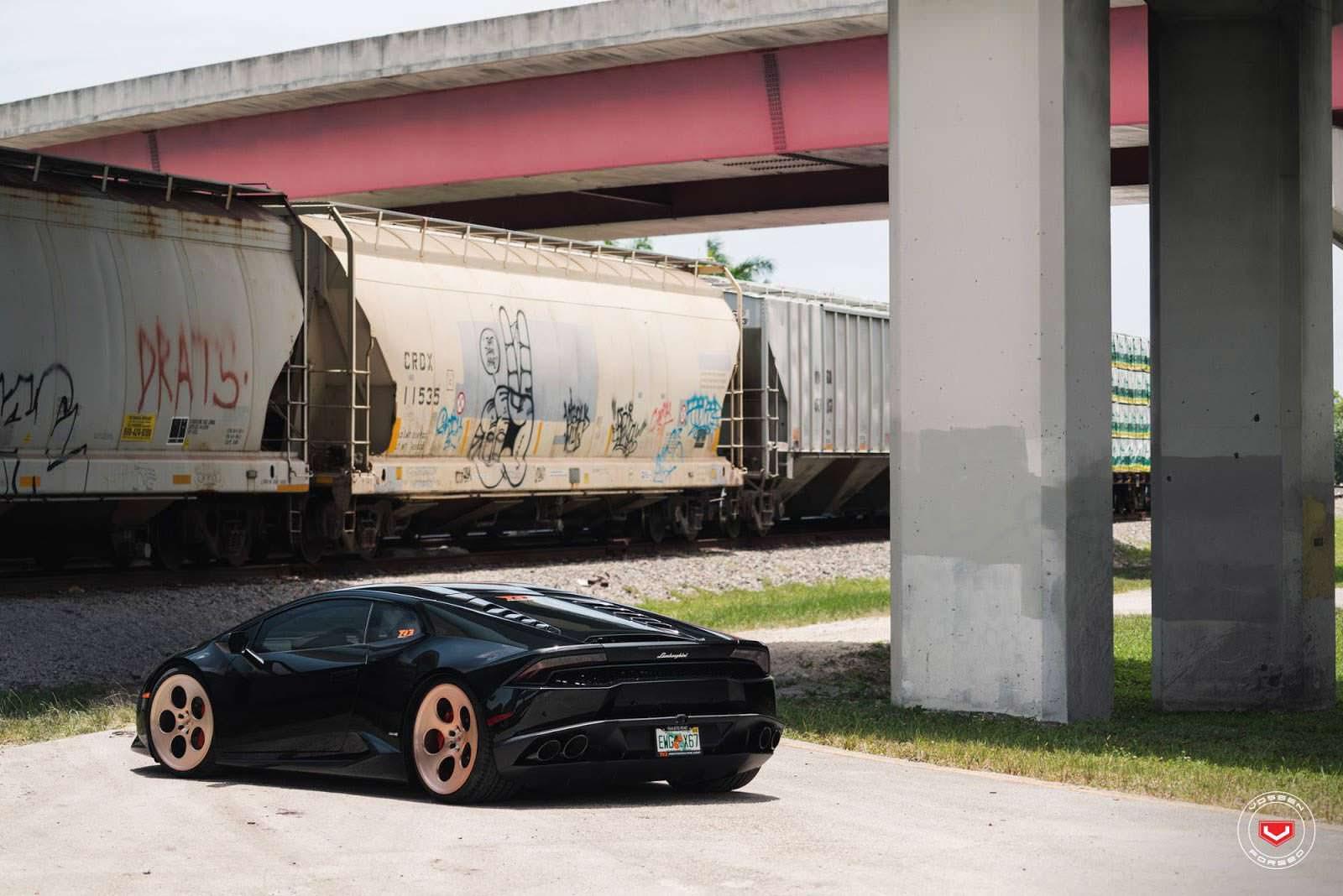 Чёрный суперкар Lamborghini Huracan на дисках Vossen