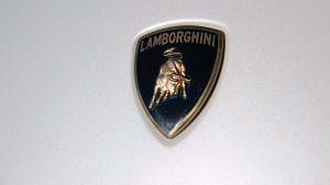 Логотип на капоте Lamborghini Concept S