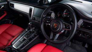 Красно-чёрный салон Porsche Macan Special
