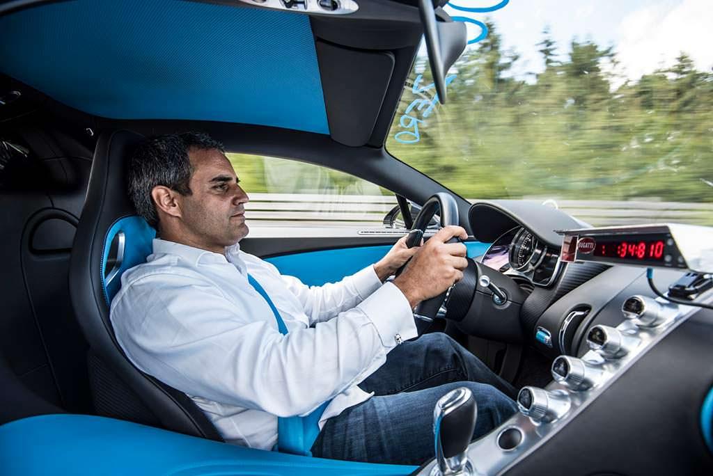 Гонщик Хуан Пабло Монтойя за рулем Bugatti Chiron