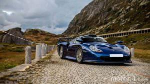 Суперкар Porsche 911 GT1 позирует для фото в Альпах