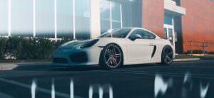Белый Porsche Cayman GT4 на колесах Vossen Forged