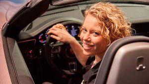 Лаура Зигемунд за рулем Porsche 911 Carrera 4 GTS Cabriolet