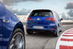 Синий Volkswagen Golf R Performance Pack