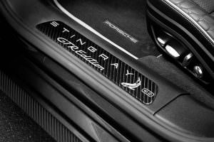 Углеродные вставки на порогах Porsche Panamera Stingray GTR
