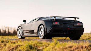 Чёрный суперкар Bugatti EB110 GT 1993 года выпуска