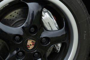 Чёрные колёса Porsche 993 Turbo Cabriolet 1995 года