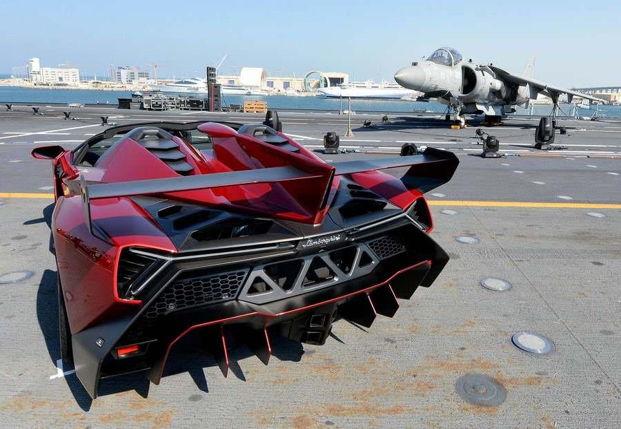 Lamborghini Veneno Roadster на авианосце «Кавур»