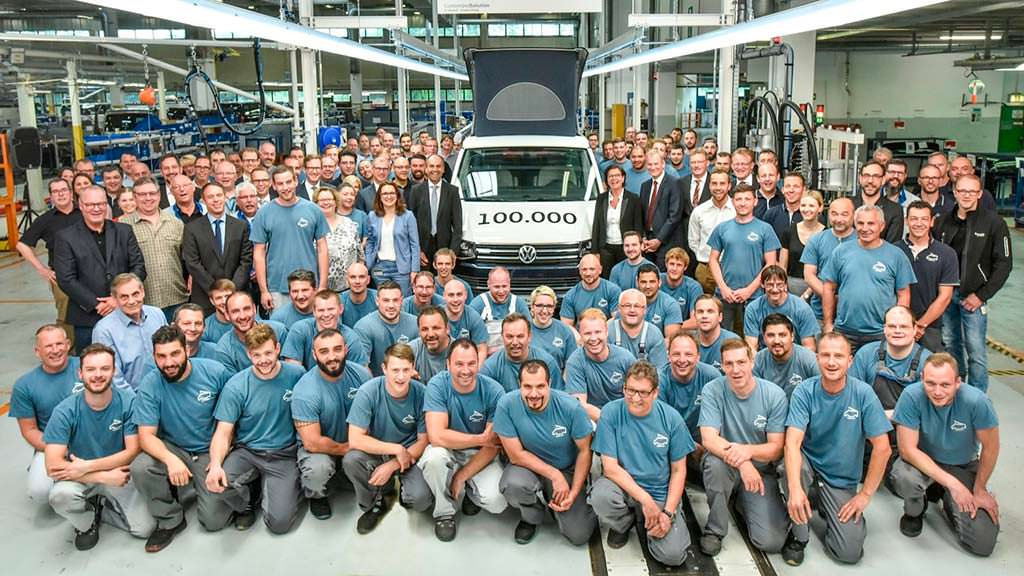 Volkswagen California Ocean и сотрудники завода в Ганновере