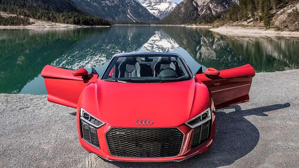 Красная Audi R8 Spyder V10 RWS в Альпах