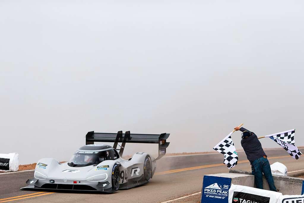 Финиш Volkswagen I.D. R Pikes Peak 2018 года за 7 57.148 минут