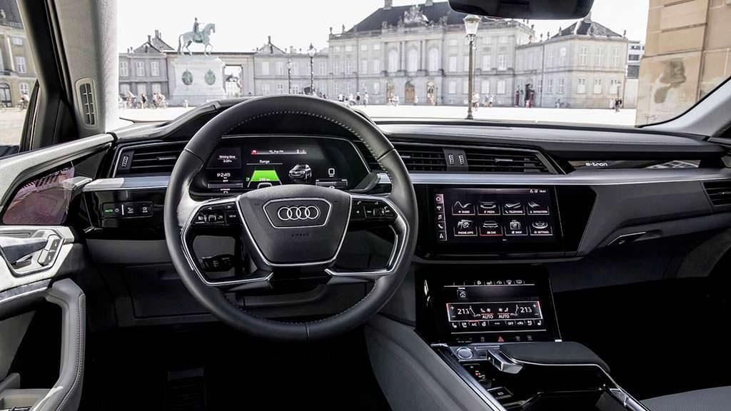 Салон Audi E-Tron с пятью экранами