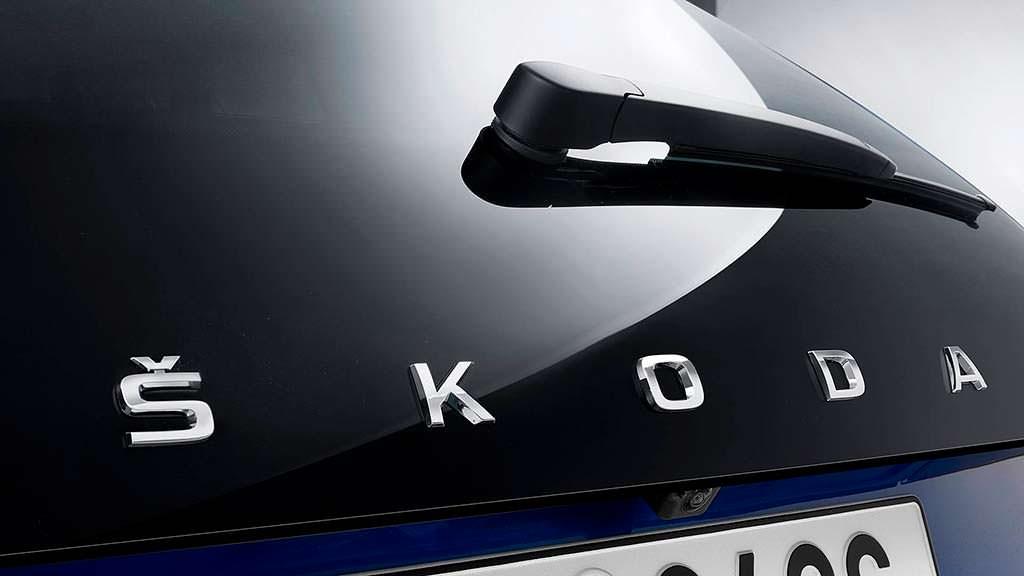 Надпись Skoda на всю ширину двери вместо логотипа марки