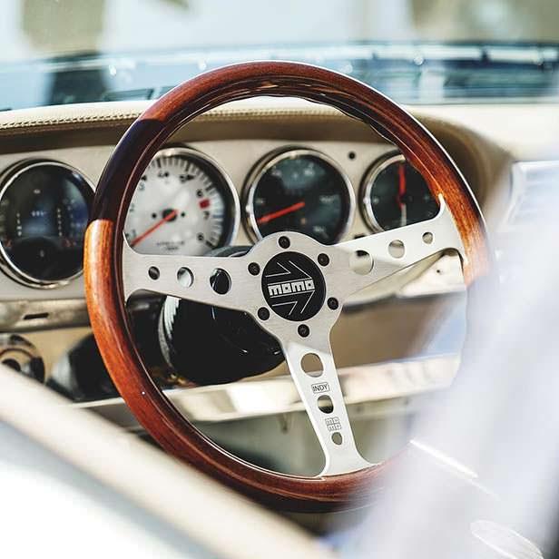Ретро-руль Momo в салоне Porsche 911. Тюнинг Toyo