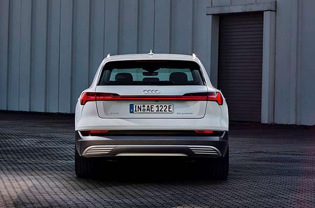 Вид сзади Audi e-tron 50 quattro