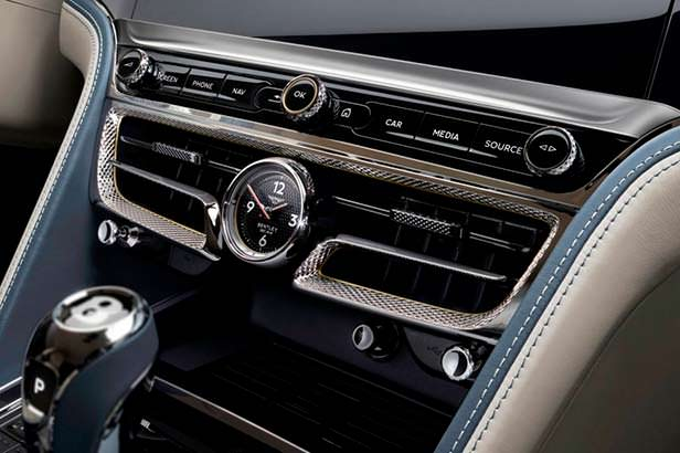 Механические часы Breitling в салоне Bentley Flying Spur