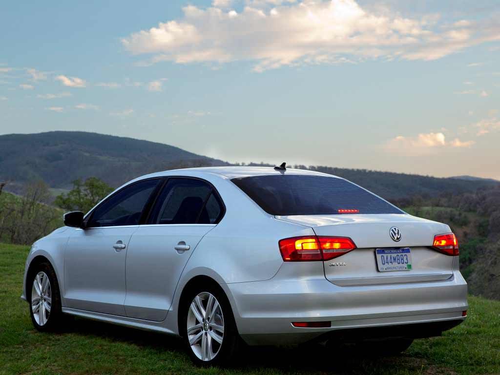 Серебристая Volkswagen Jetta. Рестайлинг 2015 года